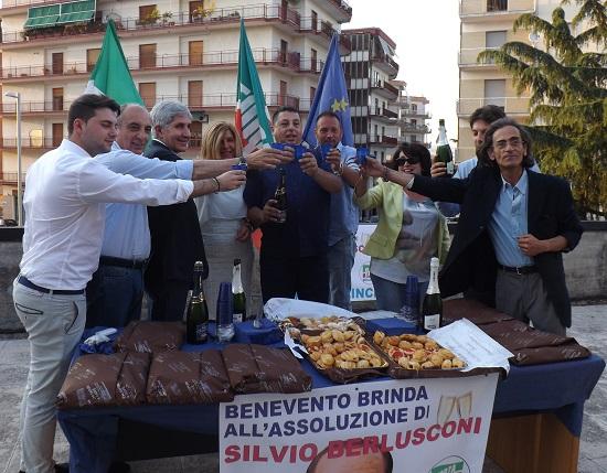 L'esercito di Silvio inneggia a Berlusconi dopo la sentenza sul caso Ruby