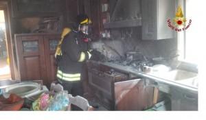 Sant'Agata dei Goti:a fuoco un locale cucina per una probabile perdita di gas gpl