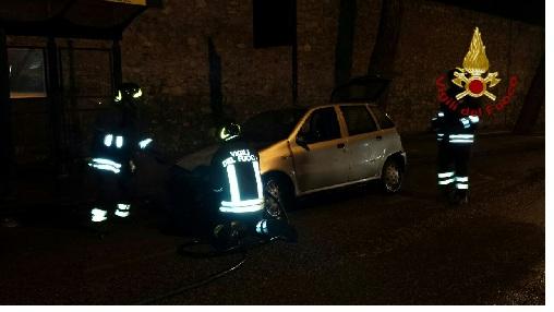 Benevento va a fuoco una Fiat Punto durante la marcia