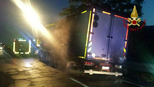 Torrecuso:a fuoco un autocarro sulla S.S. 87.Sul posto i Vigili del Fuoco.