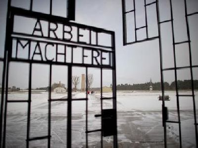"""Rubano dal cancello del campo di concentramento nazista di Dachau la targa """"Arbeit macht frei"""""""
