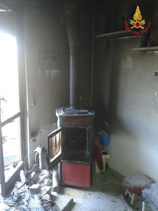 Un incendio si prigiona da una stufa a legna. Intervengono i Vigili del Fuoco