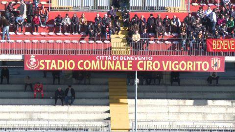 """Vigorito consegna il titolo sportivo """"Benevento Calcio Spa"""" nelle mani del Sindaco"""
