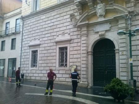 Calcinacci giù da Palazzo Paolo V. Per fortuna nessun ferito