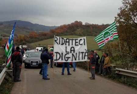 I lavoratori forestali bloccano il ponte Sette Luci tra Foiano VF e San Bartolomeo in G.