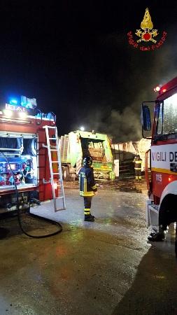 Airola: Vigili del Fuoco all'opera durante la notte per domare le fiamme in un'azienda per la raccolta e lavorazione rifiuti