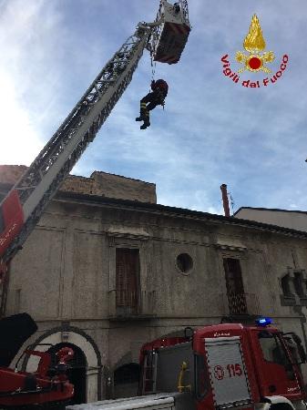 Benevento, Tegole pericolanti.I Vigili del Fuoco mettono in sicurezza l'area.