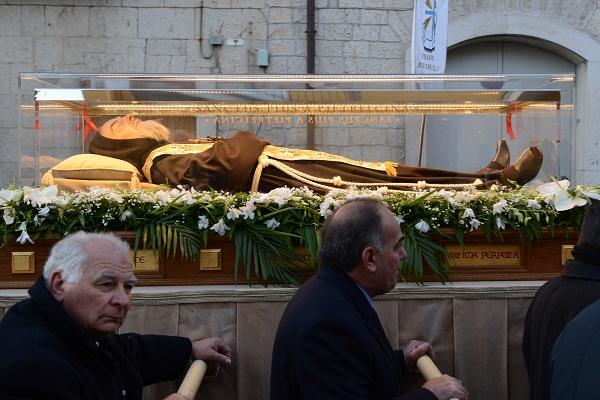 Pietrelcina.Seconda giornata dedicata alla visita delle reliquie del frate stigmatizzato  Grande fede e amore per San Pio : pellegrini in attesa anche 4 ore
