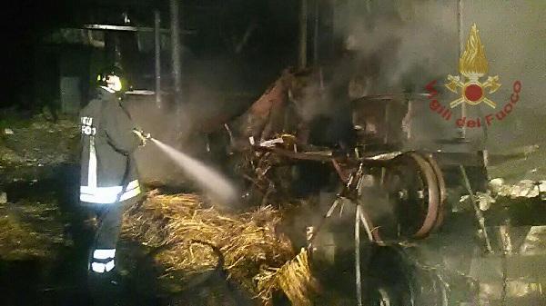 Vigili del Fuoco e Carabinieri all'opera durante la notte.A Tocco Caudio va a fuoco un capannone agricolo.