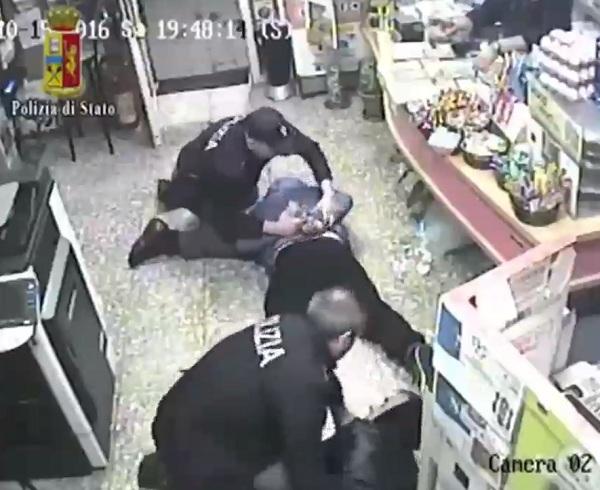 Rapina in un tabacchi al Rione Libertà. Arrestati dopo una colluttazione con il titolare