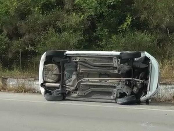 Si ribalta con l'auto sulla tangenziale e finisce all'ospedale.
