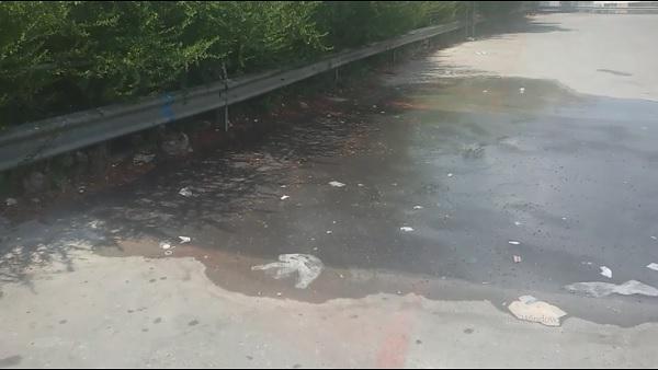 """Benevento. Grossa perdita d'acqua nel piazzale del Carrefour. Altrabenevento : """" Perchè Gesesa non interviene ? """""""