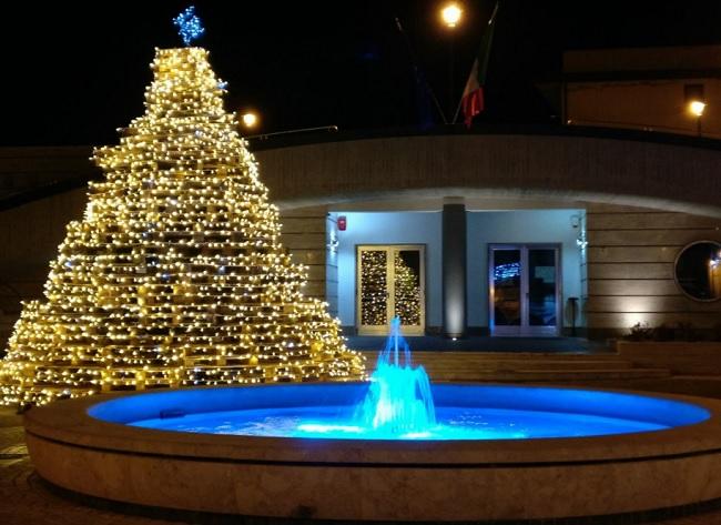 Paupisi, Natale: la Pro Loco illumina il paese con l'albero del…selfie!