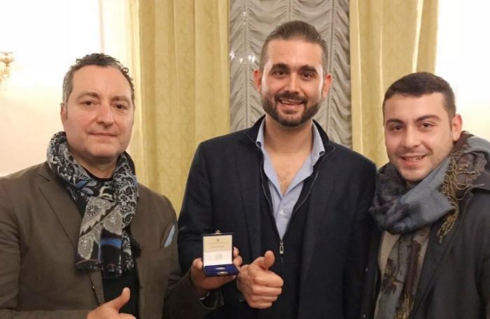 Pasquale Carfano omaggia il vicepresidente De Laurentiis dell'obolo campano