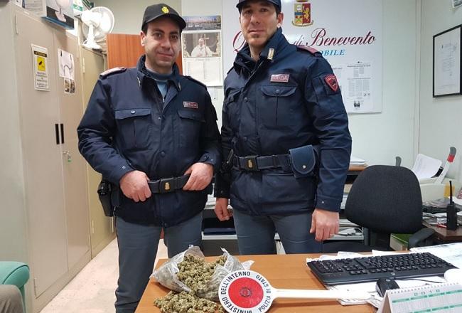 Getta dalla finestra marijuana: arrestato dalla Polizia