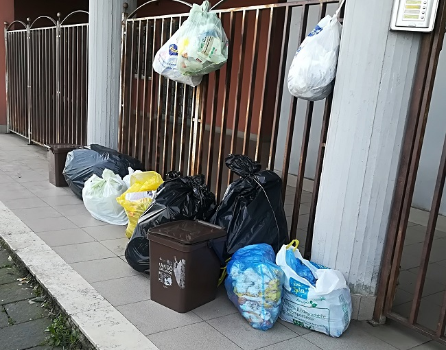"""Comitato di Via Garrucci : """" L'Asia raccoglie l'immondizia a fasi alterne."""""""