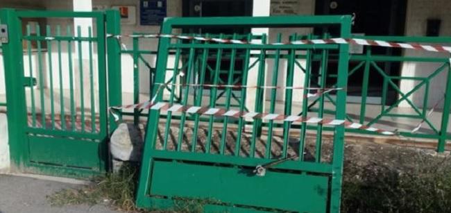 Cancello rotto plesso scolastico contrada Epitaffio.Il Comune non ancora ha provveduto al ripristino.