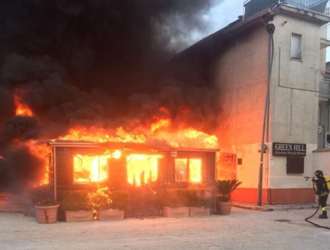 Airola: in fiamme un ristorante ed un gazebo in legno.