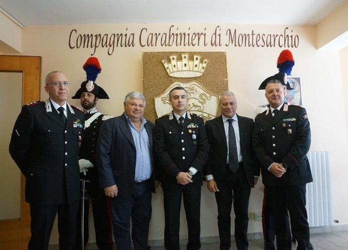 L'Amministrazione di Foglianise dona una scultura in paglia raffigurante lo stemma ai Carabinieri di Montesarchio