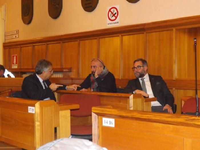 """Sguera, Scarinzi e Paglia lamentano di venir interpellati, come gli altri consiglieri, solo per approvare """"marchingegnosi bilanci""""."""