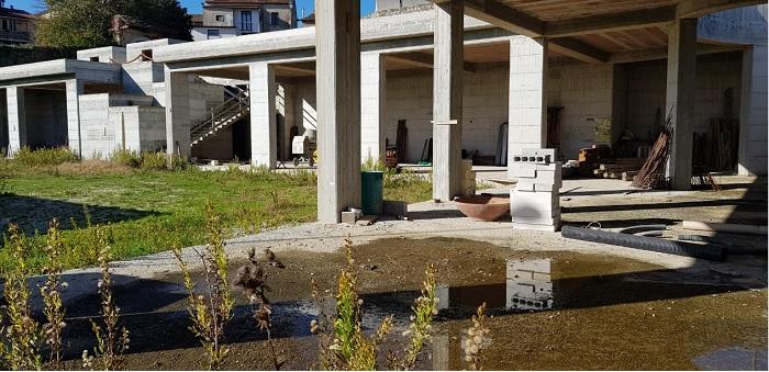 Pietrelcina. Centro giovanile: una struttura in cemento armato abbandonata.