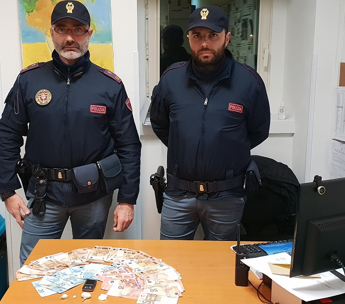 Torna a spacciare crack in casa: pusher arrestato dalla Polizia