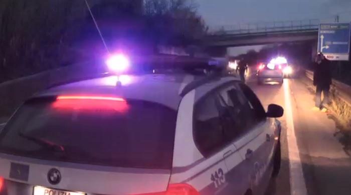 Statale 372: Agente Polstrada travolto mentre svolgeva operazioni traffico a causa di un'auto in panne.