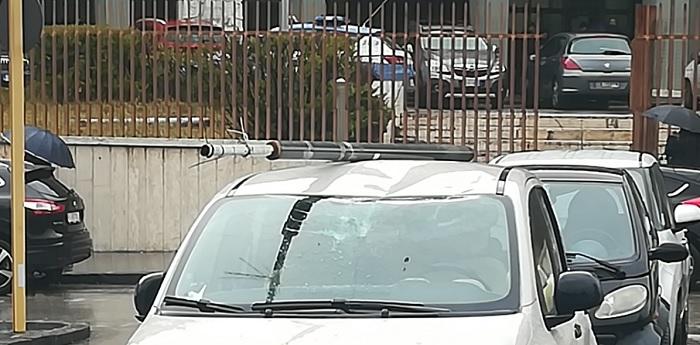 Benevento: Colpito parabrezza con un palo davanti al Tribunale sotto gli occhi dei passanti.
