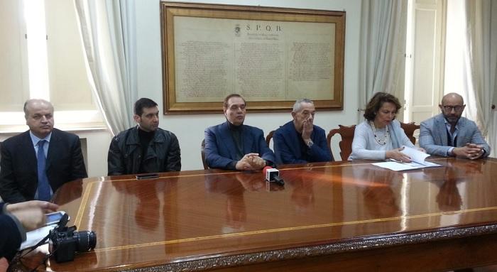A Palazzo Mosti nella riunione con i parlamentari spicca l'assenza dei deputati del M5S