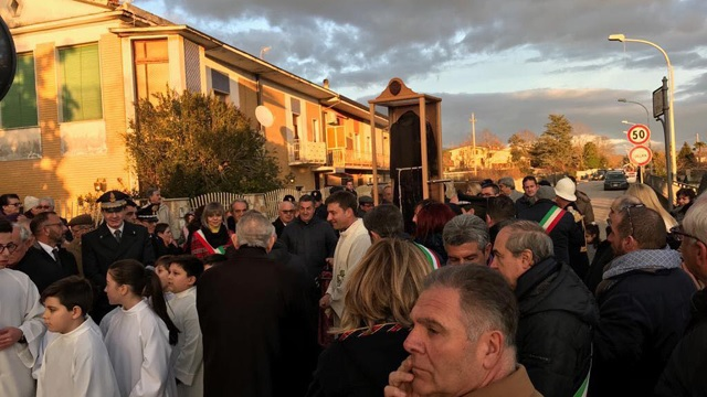 PUGLIANELLO, folla ed emozione per l'arrivo della sacra reliquia del saio di San Pio