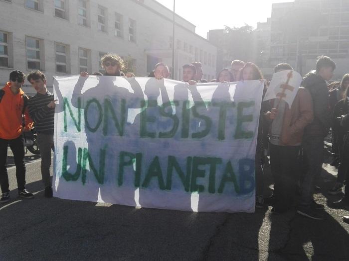 """""""Fridays for Future"""", gli studenti del Sannio manifestano per il futuro ambientale."""