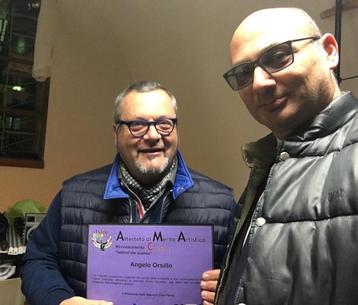 """""""Behind the scenes"""". Il premio conferito al dott. Angelo Orsillo direttore dell'accademia di Fotografia J. M. Cameron di Benevento."""