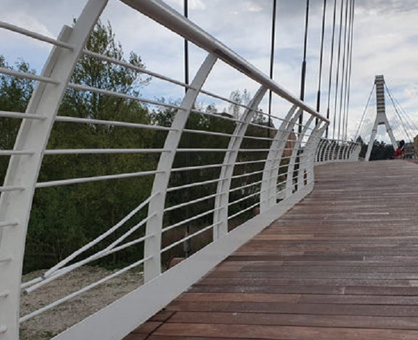 Primi danni al ponte Pagliuca. Divelte due sbarre della ringhiera