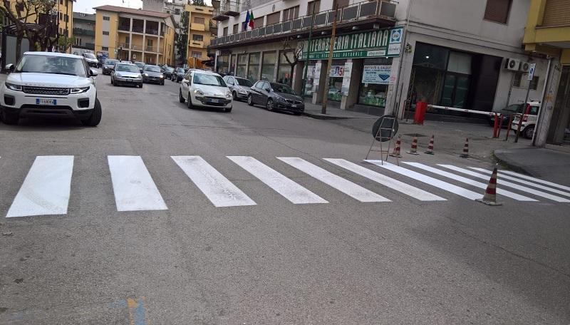 Rifacimento segnaletica orizzontale in città: Strisce Pedonali a pochi giorni già scolorite.