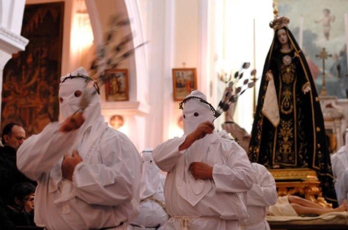 San Lorenzo Maggiore: attesa per il rito del Venerdì Santo