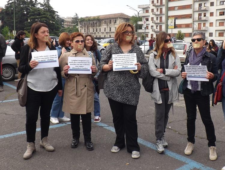 Benevento. Professori si imbavagliano per solidarieta' con la prof.ssa Dell'Aria di Palermo