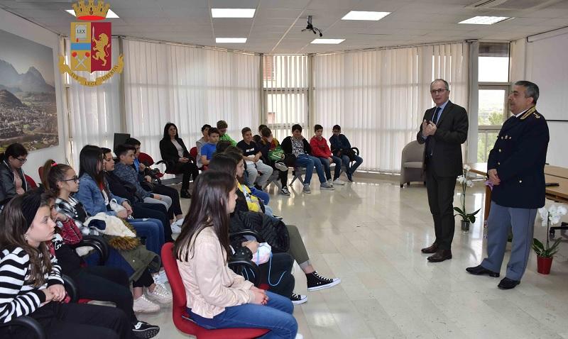 """Utilizzo della """"Rete"""".Gli studenti dell'Istituto Comprensivo Padre Isaia di Foglianise in Questura a Benevento"""
