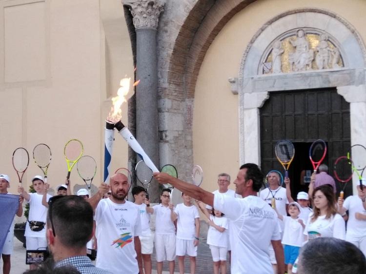 La fiaccola dell'Universiade arde tra le strade del centro storico di Benevento