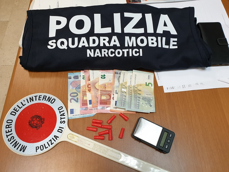 Cede dosi di eroina in casa: pusher arrestato dalla Polizia