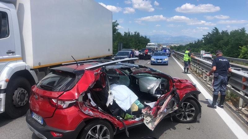 Violento scontro tra auto e camion sul raccordo autostradale.Traffico bloccato.