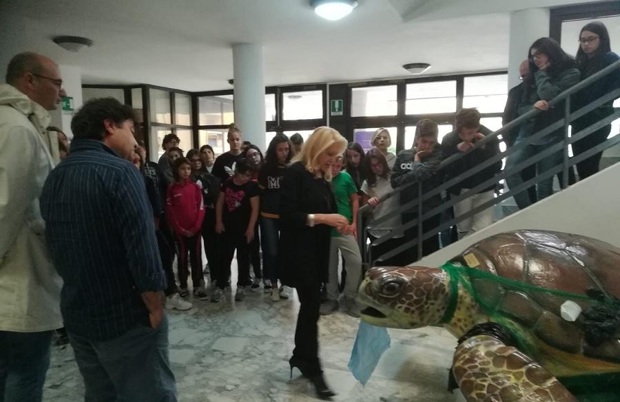 """Presentata l'opera del maestro Pica nel progetto per le scuole """"l'arte contro la plastica"""""""