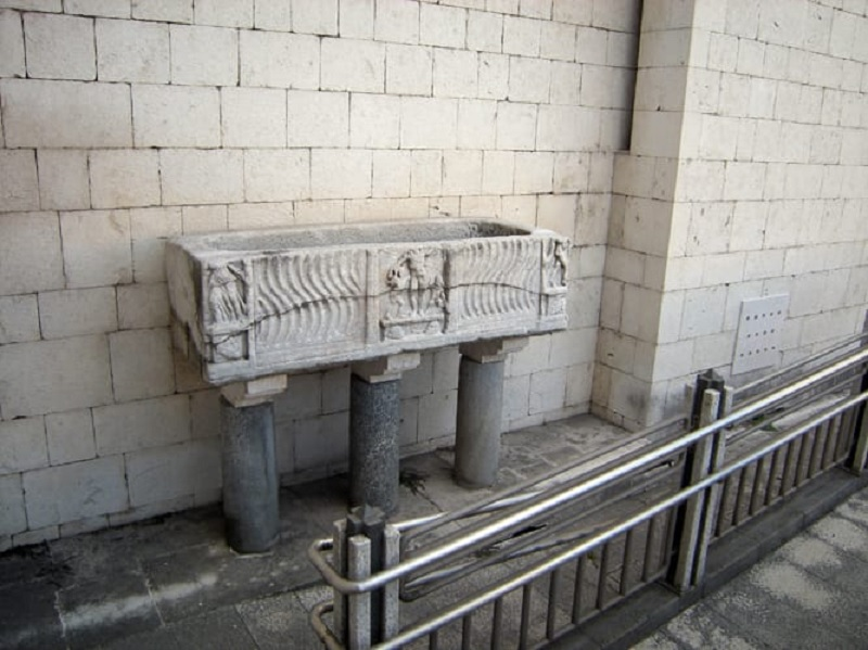 """De Lucia : """" Segnalo lo scempio di due preziosi sarcofaghi romani """""""