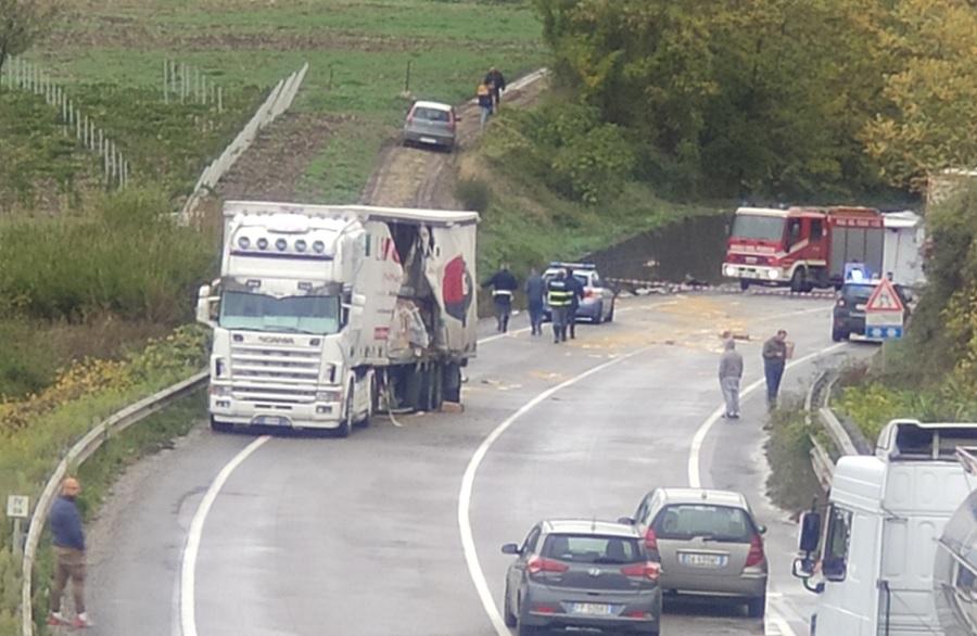Incidente sulla Benevento-Caianello. Un ferito in una cabina di un camion che si è ribaltata