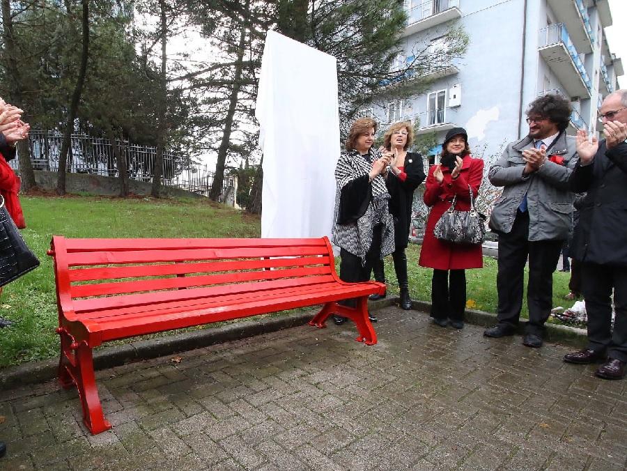 """Callaro : """"Distrutta la cassetta postale della panchina rossa. Sono dispiaciuta e rammaricata"""""""