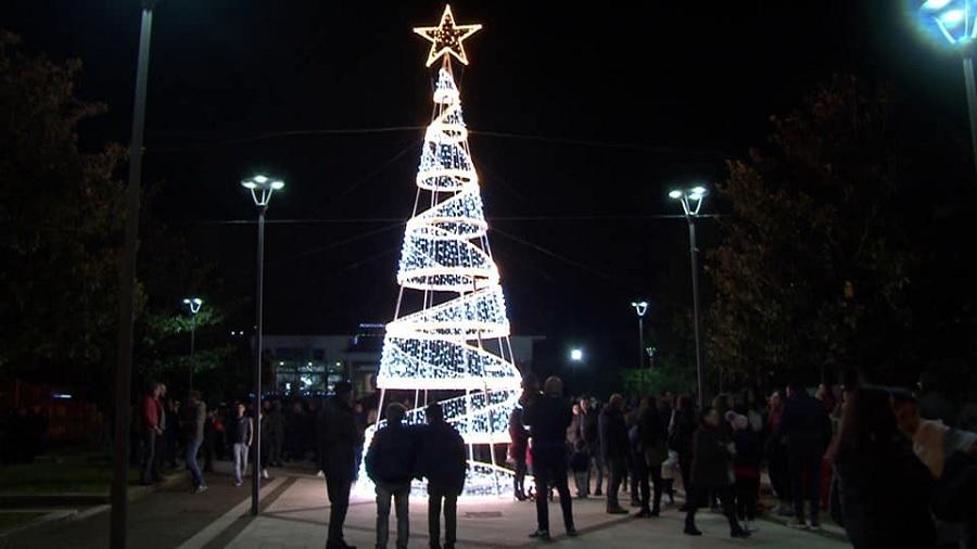 Dugenta: Acceso l'Albero di Natale, via al cartellone delle feste.