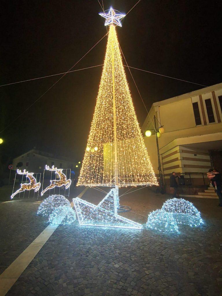 Puglianello, grande folla per l'accensione dell'albero di Natale