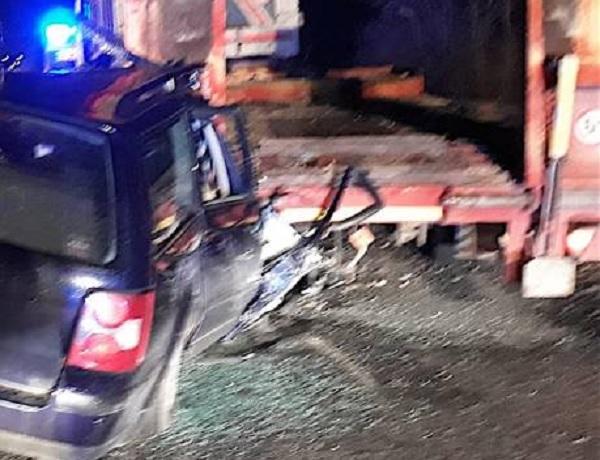 Statale 87.Auto finisce contro rimorchio di un camion.Ferito un 39enne.