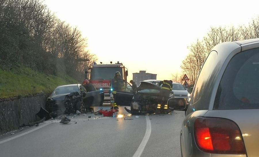Tragico incidente sulla SS.90 bis. Scontro frontale tra due vetture muore una donna.