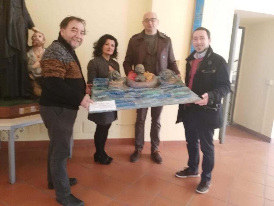 """L'opera presepiale """"Onde di Vita"""" dell'artista Daria Bollo donata alla Caritas di Benevento."""