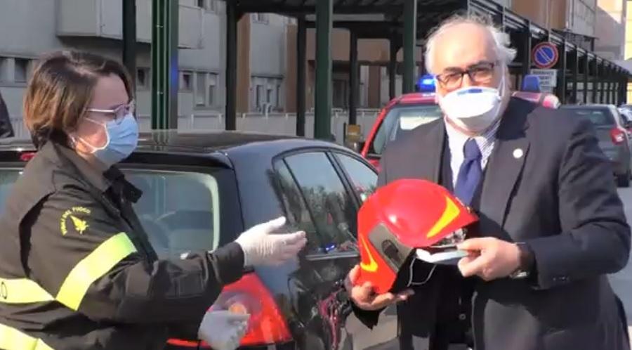 I Vigili del Fuoco di Benevento donano casco al San Pio ringraziando gli operatori per il servizio che fanno